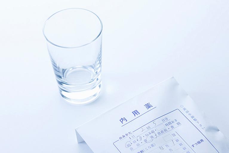 内服薬とコップ