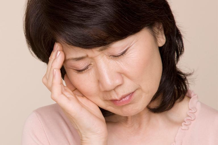 頭痛の痛みを感じている女性